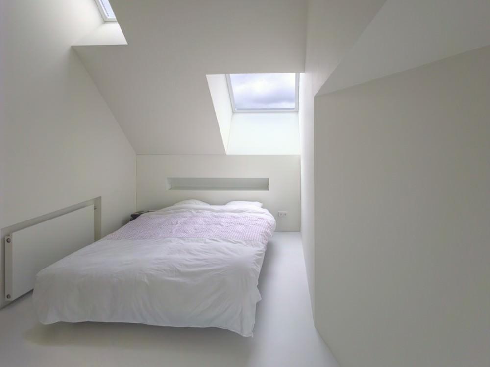 形も大きさも違う複数の天窓のあるベッドルーム