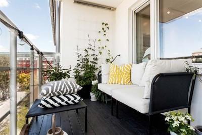 ゆったりとした開放的なウッドデッキのベランダの屋外リビング、屋外家具