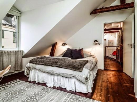 勾配天井の下の包まれ感のあるベッドルーム1