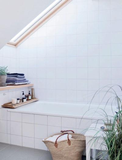大きな天窓のある明るく開放的なバスルーム