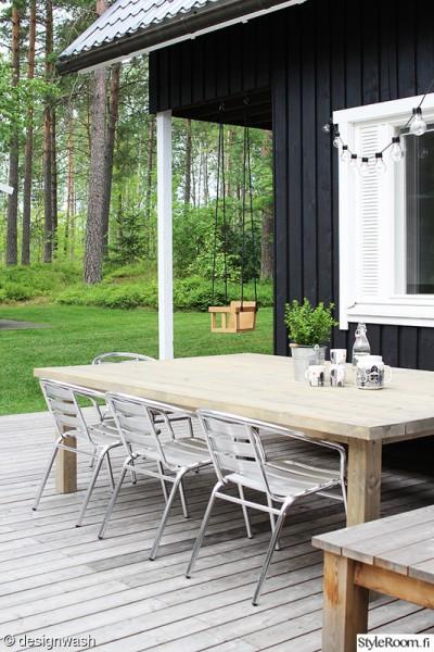L字型に配置された木製の低いデイベッドのあるウッドデッキの屋外リビング テーブルをおけば屋外ダイニング2