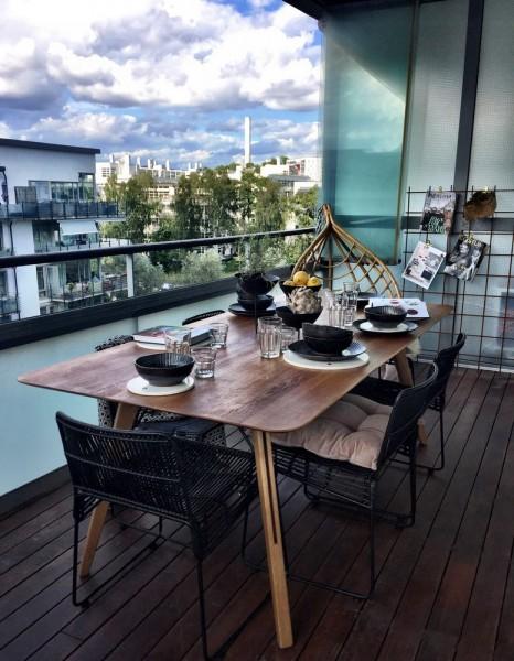しっかりとしたテーブルと椅子のセットのある広めのベランダの屋外ダイニング2
