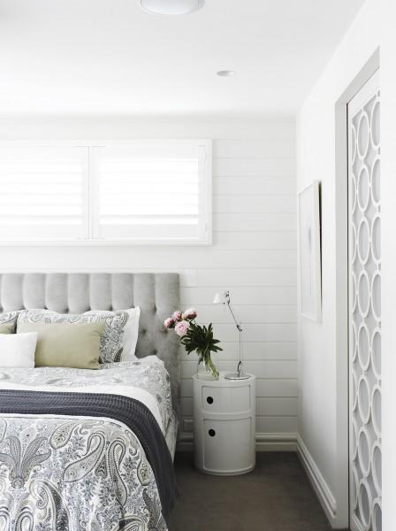 横張りの白い壁板が可愛らしい明るく開放的なベッドルーム
