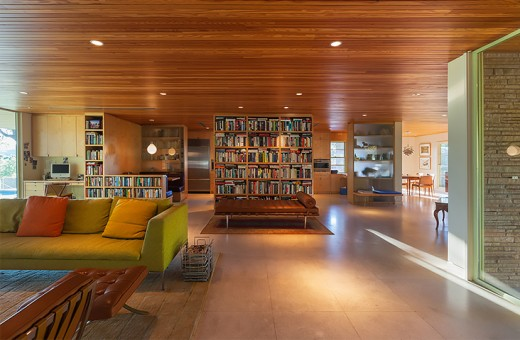 巨大な造作本棚で緩く隔てられた広大なリビング・ダイニング・キッチン3リビング側正面から
