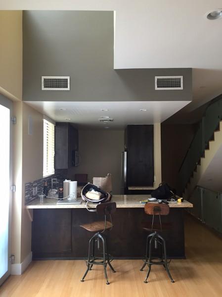 明るく開放的な雰囲気で、壁の作り付け棚がいい感じなキッチンのリフォーム前