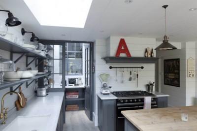 キッチンの向こうにある天窓付きの明るいパントリー1