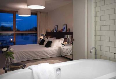 ベッドルームに隣接するバスルームと洗面所2