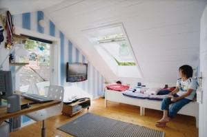 開放感のある天窓付きの屋根裏の子供部屋jpg