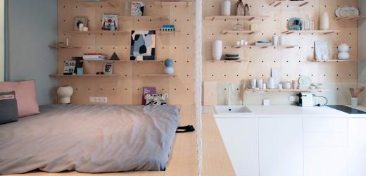 壁の合板に孔を開けて有孔ボードの壁面収納にしてあるダイニング・キッチンの脇のスキップフロアの小上がり的なベッドスペース2