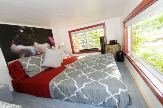 2つのロフトのあるトレーラーハウスのロフトベッドルーム