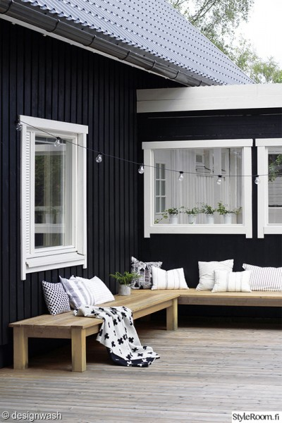 L字型に配置された木製の低いデイベッドのあるウッドデッキの屋外リビング3