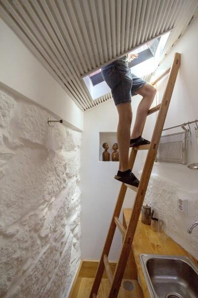 ポルトガル ポルトの中心部に建つ三角形の狭小住宅の最上階のキッチンからは屋上にも出られる