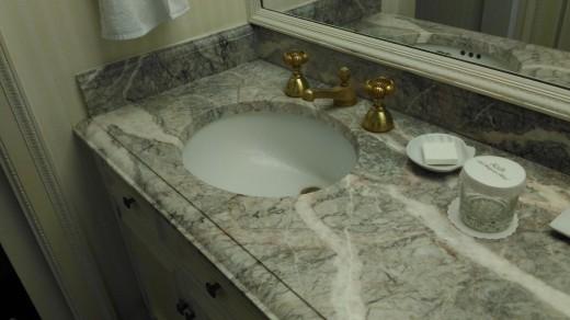 サンディエゴの老舗ホテル The Westgate hotelのゲストルームで見つけた深めのつくりの洗面ボウルのある洗面所