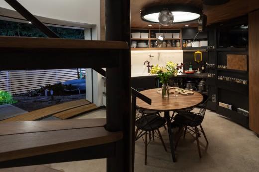 穀物サイロを流用して作った円筒形のコンパクトハウス ダイニングテーブルは丸 キッチンも扇型