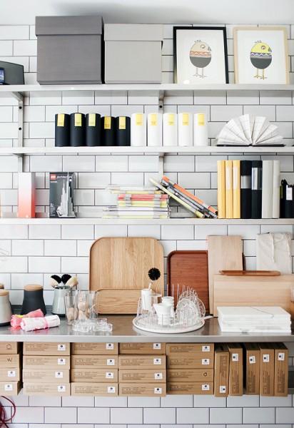 サブウェイタイルとアルミの棚板の超シンプルな収納スペース
