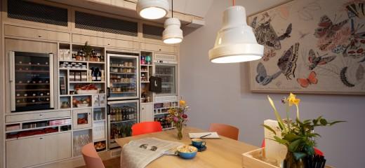 20世紀初頭の建物をリノベーションしたフランクフルトのゲストハウスのダイニング 壁面には複数の冷蔵庫が