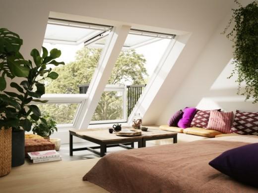 勾配天井に埋め込まれた天窓がバルコニーになるVELUXのCABRIOのあるリビング2