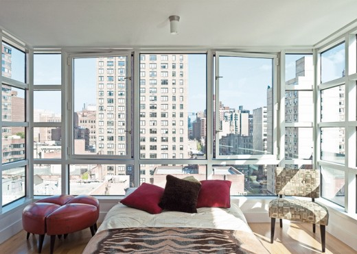 ニューヨークのペントハウスの全面ガラス張りのベッドルーム