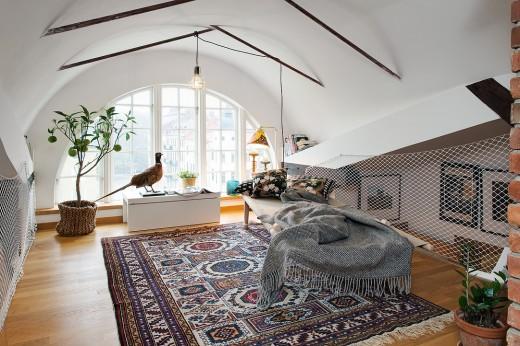 丸い窓と丸い屋根の下のリビング1