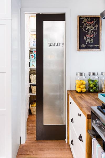 DIYでリノベーションしたキッチンの脇のパントリー