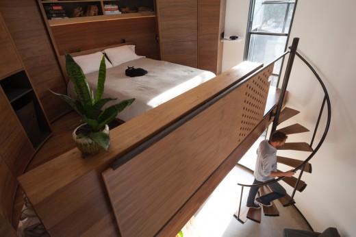 穀物サイロを流用して作った円筒形のコンパクトハウス 2階のベッドルーム