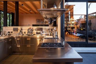 傾斜地に建つスキップフロアの家のキッチン2