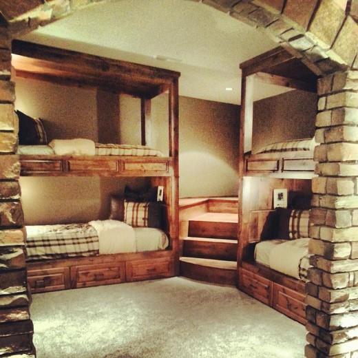 コーナーを上手に使った、重厚な造作の2段ベッドのあるベッドルーム2