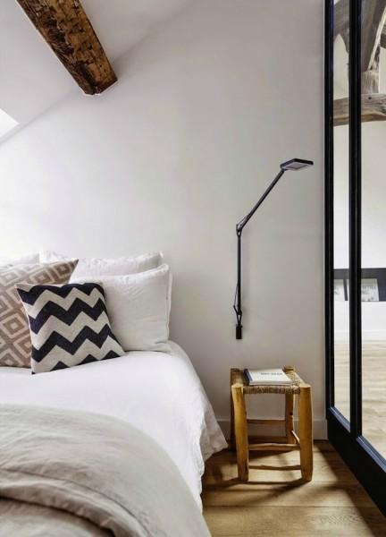 ガラスの壁とドアで仕切られた勾配天井下のベッドルーム2