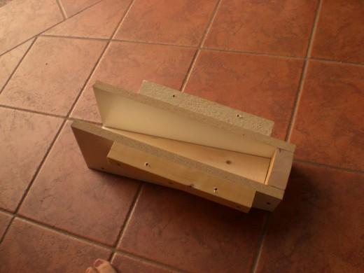 DIYで作った、レンガのカウンターやBBQグリル、シンクのある立派なアウトドアキッチン DIY19 カウンタートップの支えのための木枠を作る