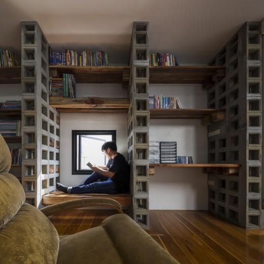 空間を自在に区切るコンクリート製の収納兼パーティションブロック「スクリーンブロック」で区切って作られたリーディングヌック