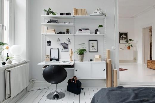 ウォールシェルフ stringで作ったベッドルームのワークスペース兼収納棚