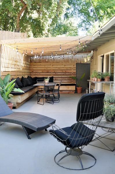 DIYで作り込んだパーゴラ付きのパティオ的な屋外ダイニングスペースを庭側からのぞむ2