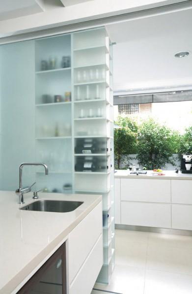キッチンカウンター脇の半透明な収納棚