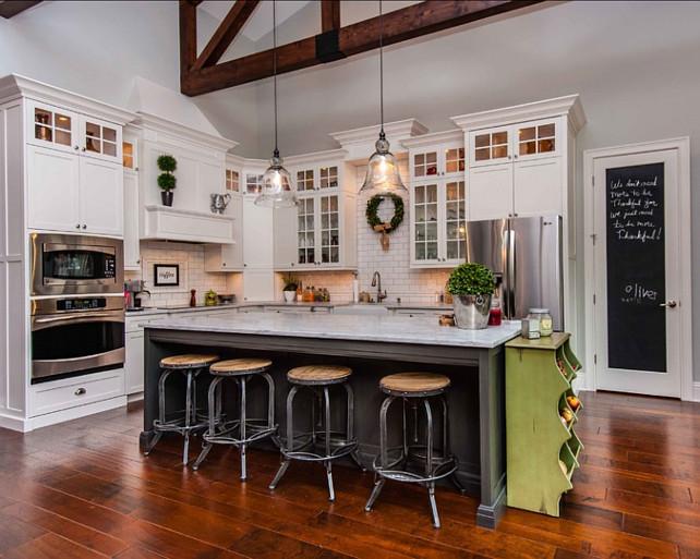 ガラスシェードのペンダントライトとガラス扉のウォールキャビネットのあるキッチン2
