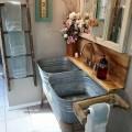 ブリキの洗濯たらいタブを2つ並べたシャビーシックな洗面所