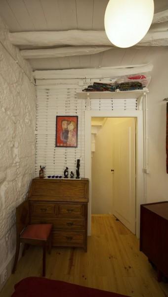 ポルトガル ポルトの中心部に建つ三角形の狭小住宅のベッドルームの入り口