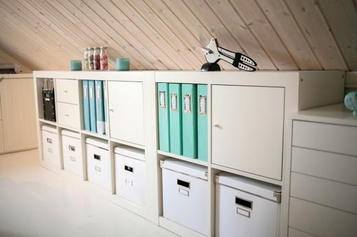 IKEAもので統一されたロフトのワークスペースの収納