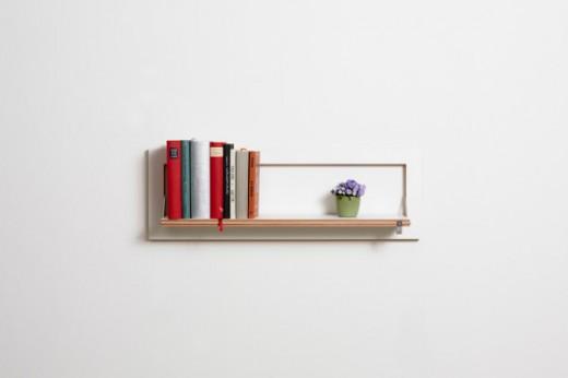 フラットに壁に収納できる壁面収納Flapps Shelf 横長1段に本と花瓶