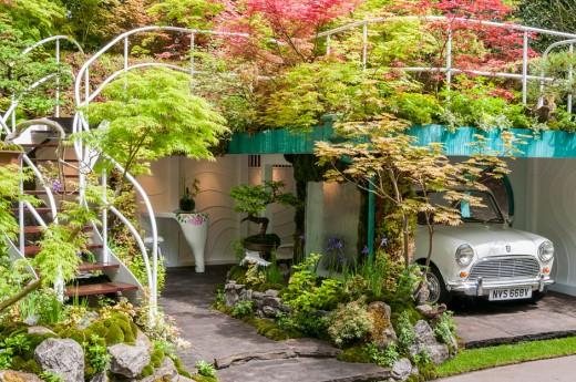 周囲と上部を植栽で覆われたビルトインガレージ 上部は空中庭園的な緑のテラスに1