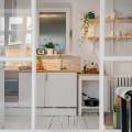 可愛らしいガラスドアの向こうのキッチン