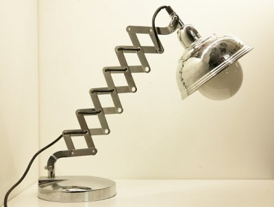 ギラリと光るクロムめっきのデスクランプ1