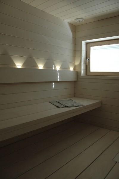 ポプラ材で作った明るくゆったりとした個人宅用サウナの内装