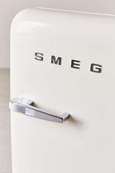 Smegの50年代風ミニ冷蔵庫FAB5白40リットル斜めアップ