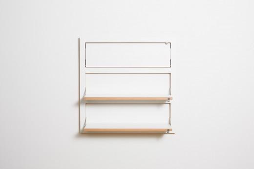 フラットに壁に収納できる壁面収納Flapps Shelf 横長3段を必要な段だけ開く