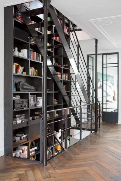 2フロアの床から天井にまたがる階段脇の巨大造作本棚、収納棚