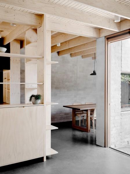 キッチンの周りを囲う合板製のシンプルで大きな造作棚1