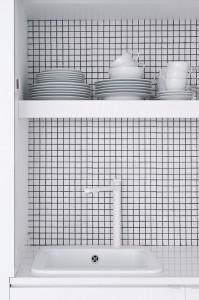 純白タイル張りのキッチン