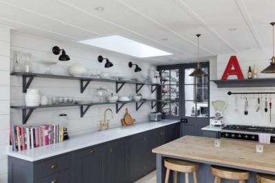 天窓と細長いカウンターとアイランドカウンターのあるゆったりとしたキッチン1