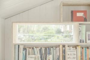 壁面一杯の作り付け本棚に埋め込まれた窓