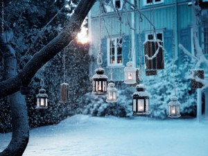 キャンドルでライトアップされた雪のテラス